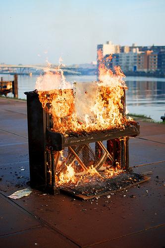 Klavier in Flammen