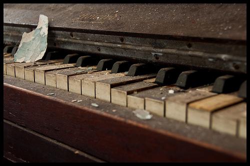 verstaubtes Klavier